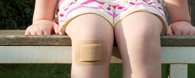 fillette pansement au genou